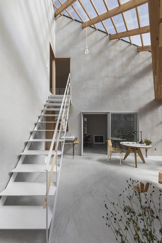 Cầu thang mảnh, nhiều khoảng hở, không hề cản ánh sáng trong căn phòng.