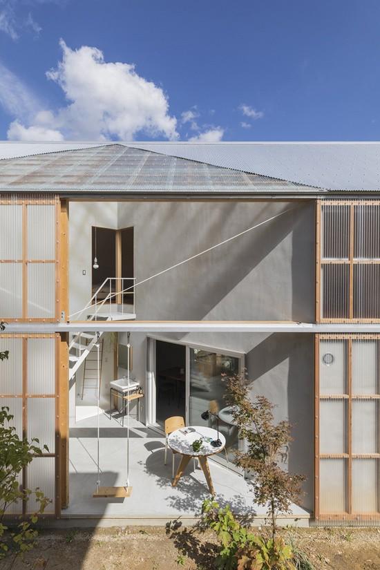 Phía sau những tấm polycarbonate chính là những căn phòng đón nắng của ngôi nhà, nằm cả ở tầng một và tầng hai. Điều đặc biệt là cả hai phòng này cũng như rất nhiều không gian chức năng khác trong nhà có hình tam giác nhờ những bức tường xây chéo.