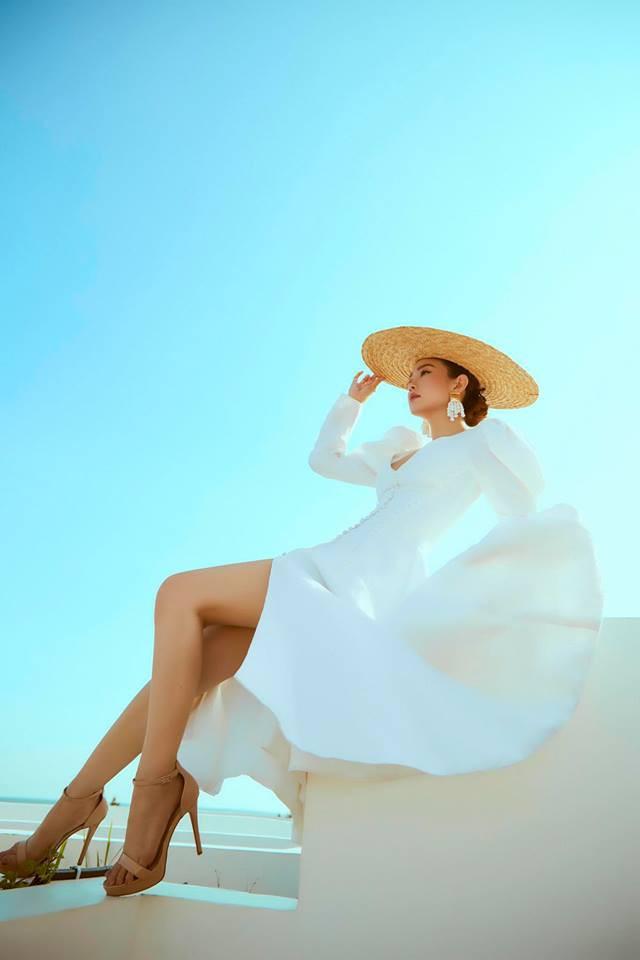 """Minh Hằng đã khéo léo mix váy trắng tinh khôi với mũ cói tạo nên sự quyến rũ """"hút hồn"""". Ảnh: Internet"""
