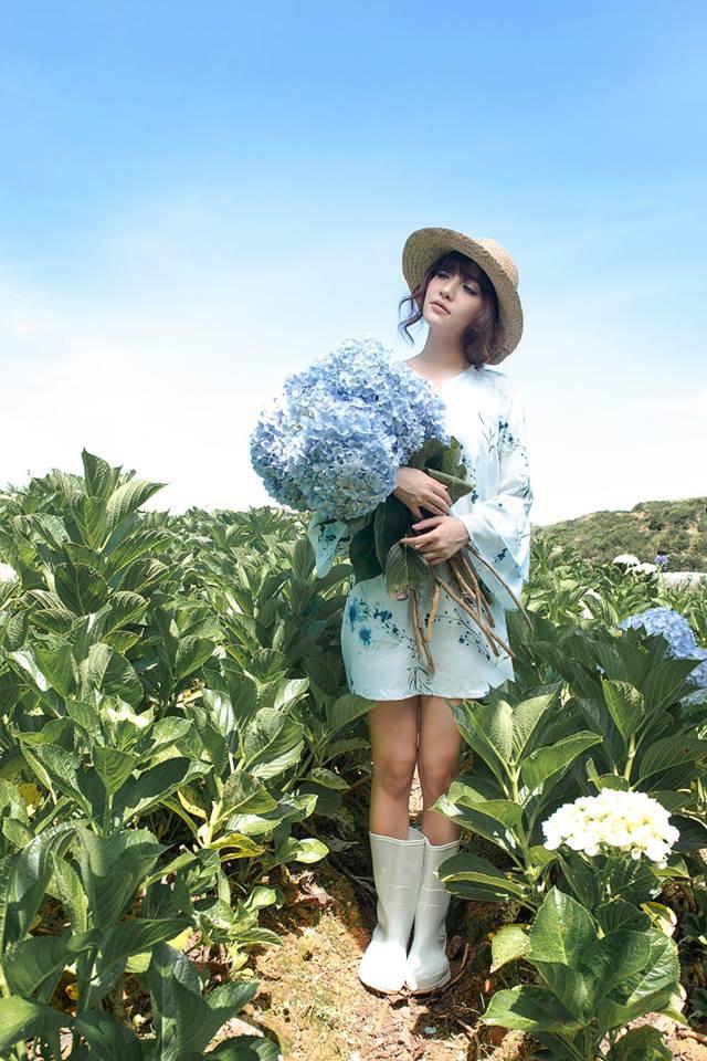 Bích Phương luôn cập nhật nhanh mốt thời trang sành điệu và đương nhiên, mũ cói fedora là món đồ chẳng thể thiếu của cô ngày cuối năm.