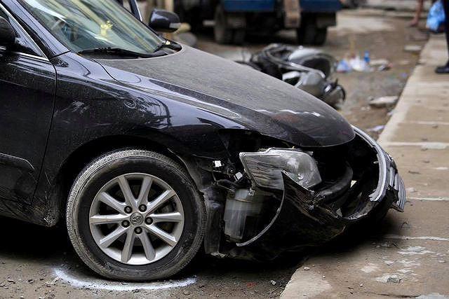 Chiếc xe Toyota Camry do nữ tài xế điều khiển gây ra vụ tai nạn chết người sáng 10/5.