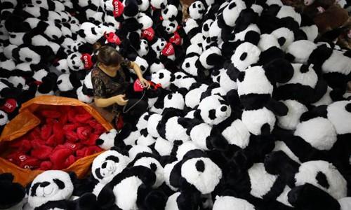 Công nhân trong một nhà máy đồ chơi ở Giang Tô, Trung Quốc. Ảnh: CNN