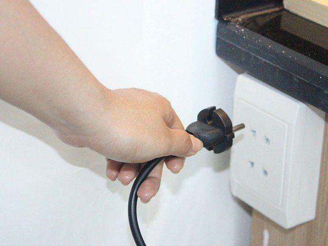 Ngắt nguồn điện các thiết bị không cần thiết.