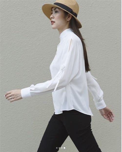 Biết được thế mạnh này, ngọc nữ màn ảnh Việt thường xuyên khoe khéo gu thời trang tinh giản với những chiếc mũ xinh xắn ai nhìn cũng mê.