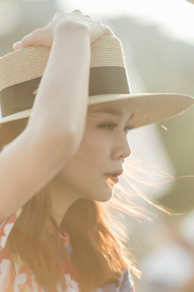 Thanh Hằng mang vẻ đẹp lãng mạn với chiếc mũ fedora