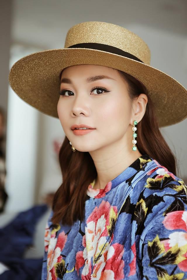 Vốn là người luôn dẫn đầu xu hướng, Thanh Hằng xem mũ là một phần không thể thiếu trong phong cách thời trang của mình.