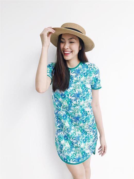 Nụ cười tươi như hoa càng thêm nổi bật khi cô diện mũ.
