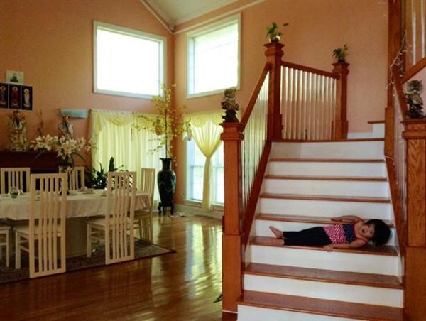 Trong nhà được bài trí đơn giản, mang đậm phong cách Á Đông.
