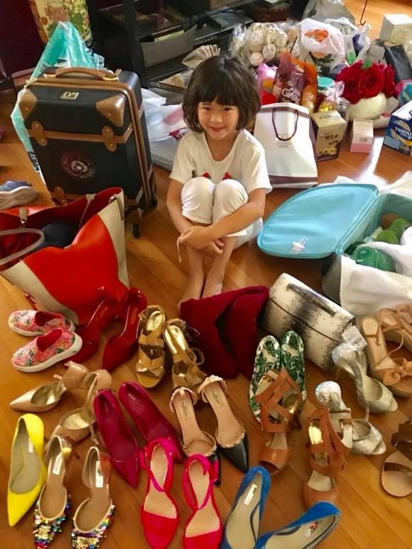 Con gái Thúy Nga bên hàng loạt giày hiệu của mẹ.