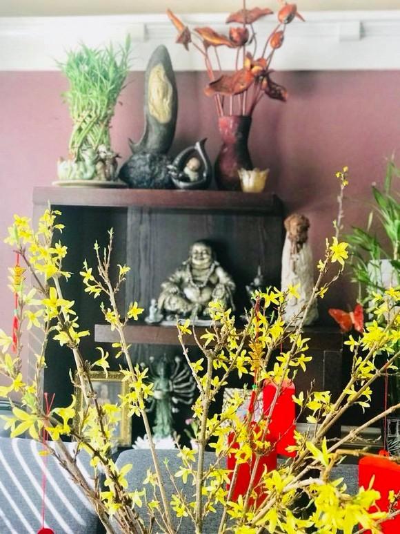 Nữ danh hài cũng trưng bày nhiều tượng Phật được chạm khắc tinh xảo.