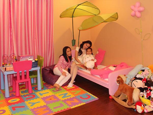 Riêng phòng cho cô con gái Elyza Phương Vy được trang trí màu sắc rực rỡ vui nhộn.