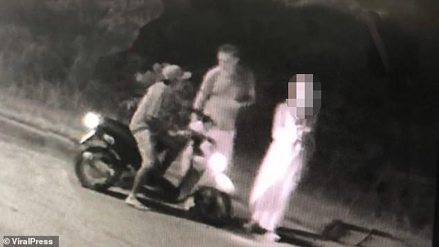 Hình ảnh do camera an ninh ghi lại cho thấy nghi phạm tiếp cận nữ du khách.