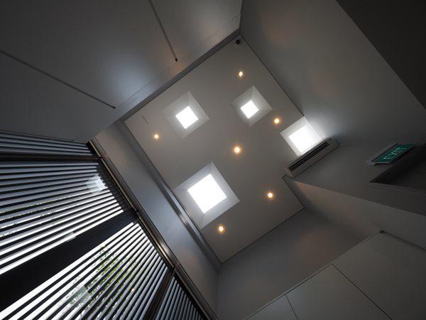 Trần nhà cao, với những lỗ sáng tự nhiên, giúp không gian luôn ấm cúng bởi ánh nắng mặt trời.