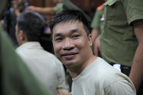 Văn Kính Dương tươi cười tại phiên tòa chiều 14/5. Ảnh: Liêu Lãm.
