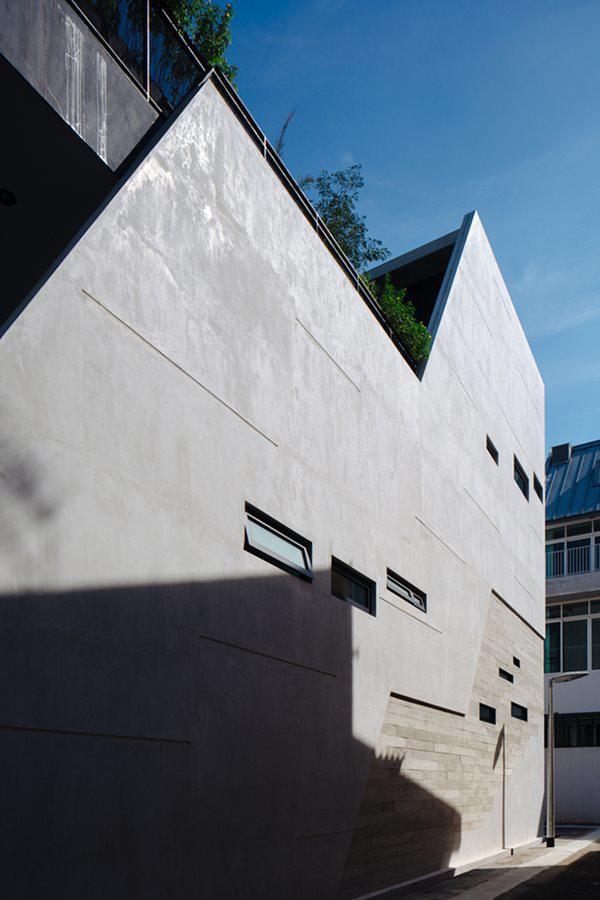 Không gian nổi bật với hai tông màu tương phản trắng – đen, thiết kế nhiều cửa sổ, đảm bảo ánh nắng tự nhiên luôn ngập tràn.