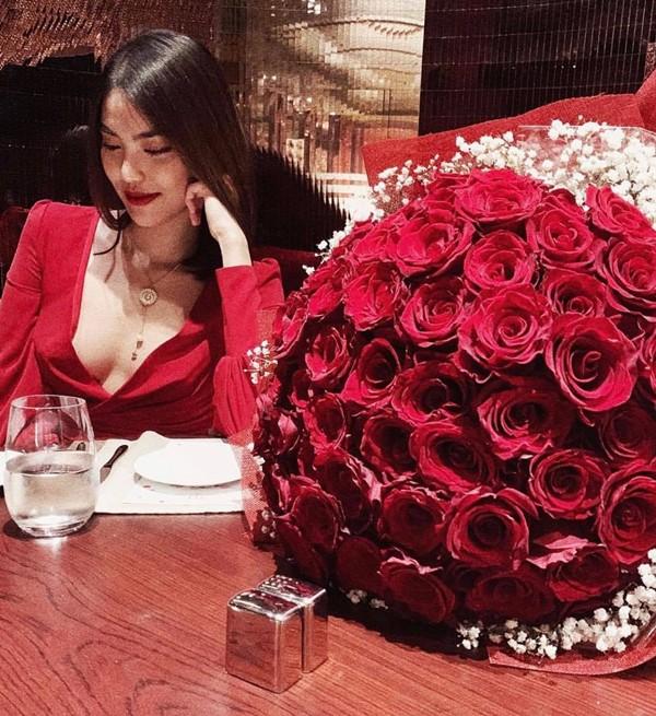 Dịp Valentine,Tuấn John tặng hoa hồng và dùng bữa tối lãng mạn cùng Lan Khuê khiến cô cảm thấy cuộc sống của cả hai vẫn ngọt ngào như ngày mới hẹn hò. Thỉnh thoảng, anh còn tranh thủ đưa vợ đi xem phim, du lịch.
