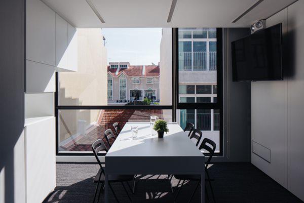 Toàn bộ tường phía bên ngoài được sơn màu trắng xám đơn giản. Cửa sổ lớn, hứng ánh sáng tự nhiên.