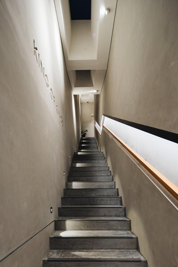 Hệ thống cầu thang hẹp và dốc.