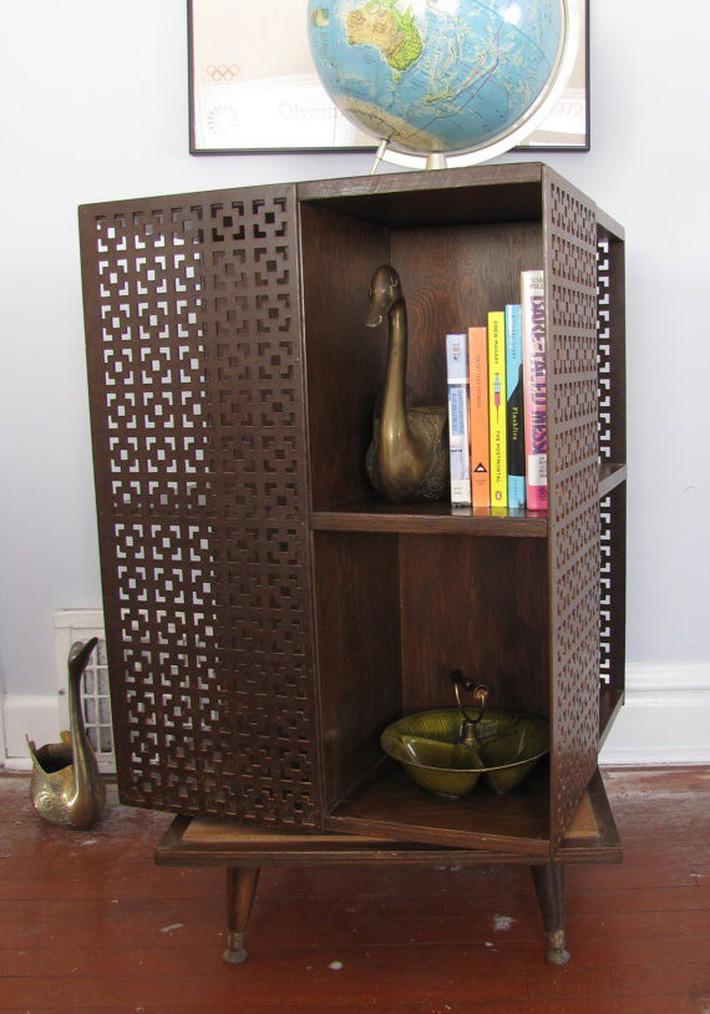 Tủ sách giữa thế kỷ hiện đại màu tối với cửa và kệ cắt laser.