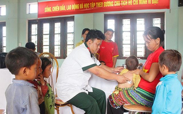 Đoàn Kinh tế - Quốc phòng 345 phối hợp tiêm chủng cho trẻ ở bản Pho.