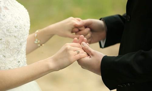 Cô dâu và chú rể trong một đám cưới. Ảnh: Medium.