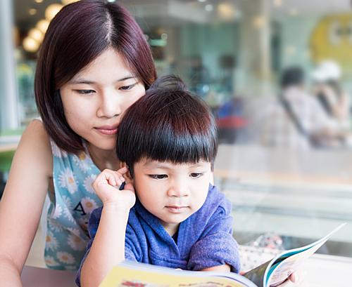Cha mẹ đọc sách sẽ tốt cho sự phát triển của trẻ. Ảnh: Romper.