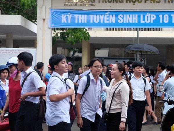 Đoàn viên thanh niên tỉnh Khánh Hòa nhặt rác bảo vệ môi trường