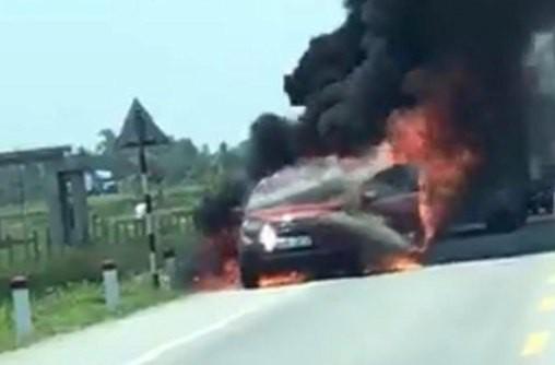 Chiếc xe đang chạy bỗng bốc cháy ngùn ngụt - Nguồn: Facebook