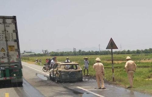 Chiếc xe bị cháy trơ khung - Ảnh: Bảo Anh