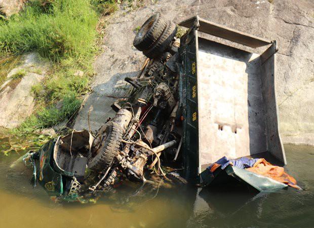 Xe tải lao xuống vực sâu hơn 100m, 3 người thương vong - Ảnh 1.