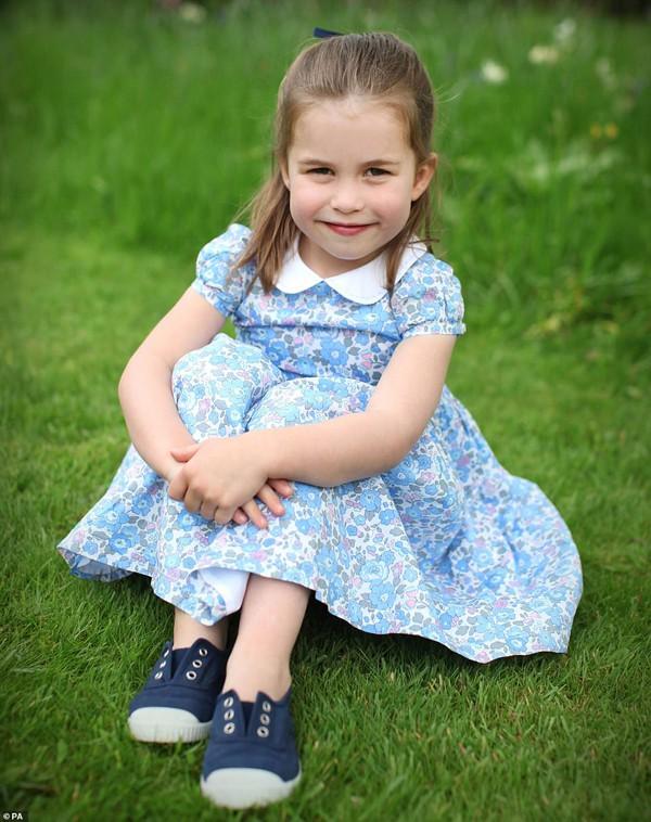 Đây chính là hình ảnh hoàng gia Anh gửi đến công chúng trong lần sinh nhật thứ 4 của cô bé.