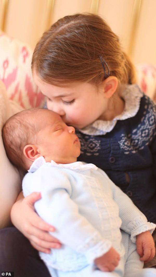 Charlotte ôm em trai, hoàng tử Louis.