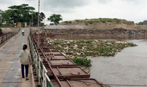Lợn chết trôi dạt cầu phao sông Hóa gây ô nhiễm kinh hoàng cho người dân địa phương. Ảnh: MT