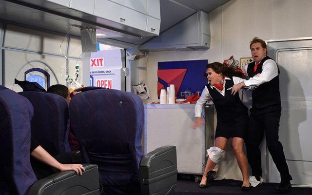 Cửa máy bay bật mở đột ngột là nỗi ác mộng của bất cứ ai