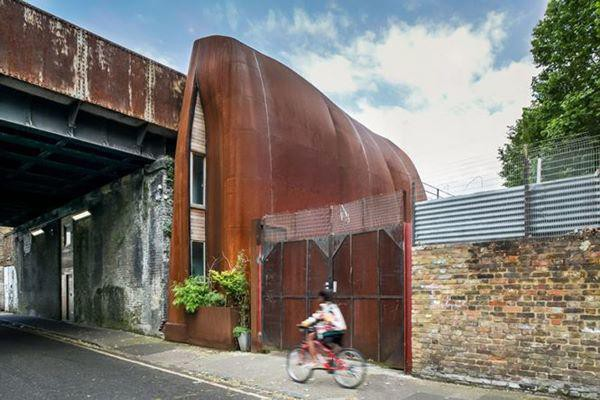 Kiến trúc độc đáo mang tên Archway Studios thực chất là một ngôi nhà rộng 150m2 với 2 phòng ngủ và hệ thống cách âm hiện đại.