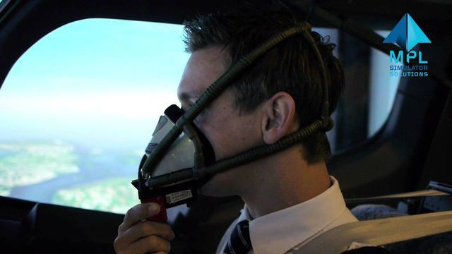 Phi công sử dụng mặt nạ cao su khi máy bay gặp sự cố