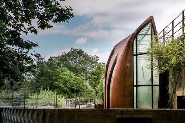 Phần thép xung quanh ngôi nhà được thiết kế như một lớp vỏ chống ồn, để giảm đi những âm thanh của phố xá và tàu hỏa.