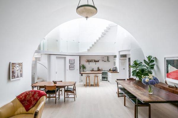 Trung tâm của ngôi nhà có 3 tầng, liên kết với các căn phòng xung quanh. Cho đến thời điểm hiện tại, Archway Studios được sử dụng như phim trường và nơi ở của một gia đình.