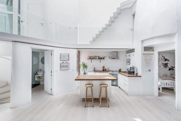 Phòng bếp được thiết kế với màu trắng chủ đạo và nội thất đơn giản, giúp không gian trở nên thoáng rộng hơn.