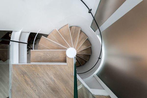 Cầu thang hình xoắn ốc giúp tiết kiệm diện tích cho ngôi nhà.