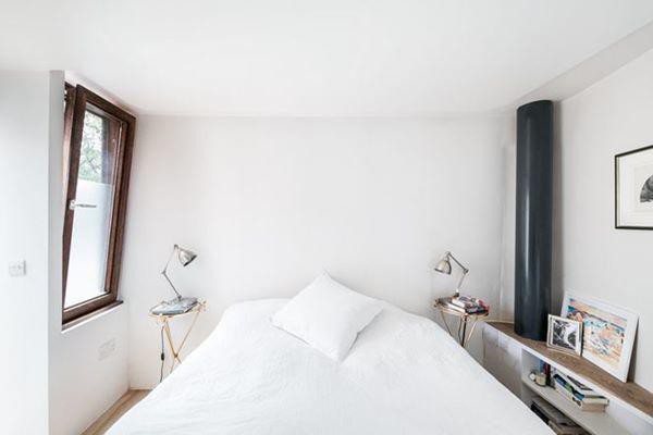 Phòng ngủ cách âm cùng cửa sổ để đón nắng tự nhiên.