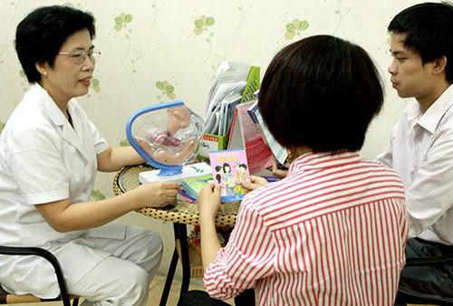 Tư vấn sức khỏe tình dục tại Trung tâm sức khỏe sinh sản Hà Nội.  ảnh: Diệu Linh