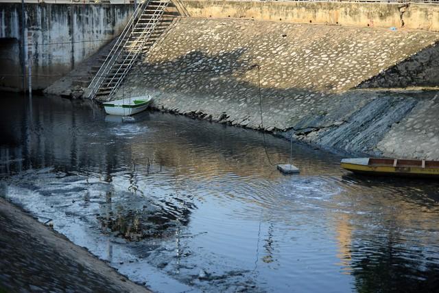 Khoảng nước khu vực máy xử lý đã giảm sánh, giảm mùi so với khoảng nước ở bờ đối diện.