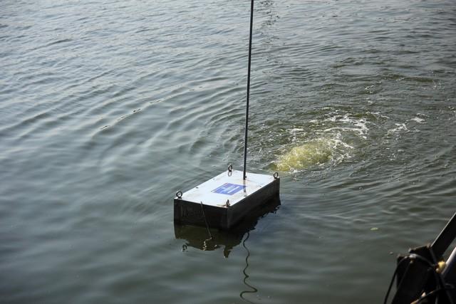 Chiếc máy xử lý nước ô nhiễm được thí điểm tại một góc Hồ Tây.