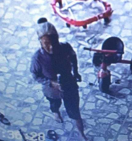 Camera ghi lại cảnh bà Th. cầm lọ nước lén lút qua nhà chị Vân.