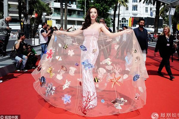 Trang phục độc đáo của Angela Phương Trình được báo chí quốc tế chú ý.