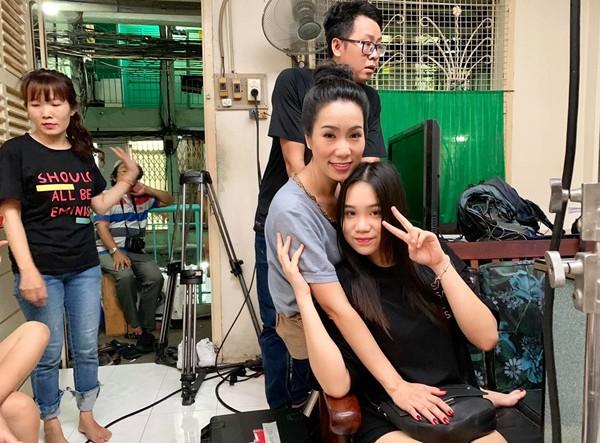 16 tuổi nhưng Khánh Ngân tích cực theo mẹ đến sân khấu và tham gia nhiều vở kịch do mẹ dàn dựng.