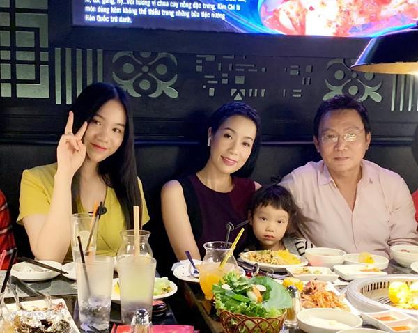 Gia đình hạnh phúc 2 con gái của Á hậu Trịnh Kim Chi.