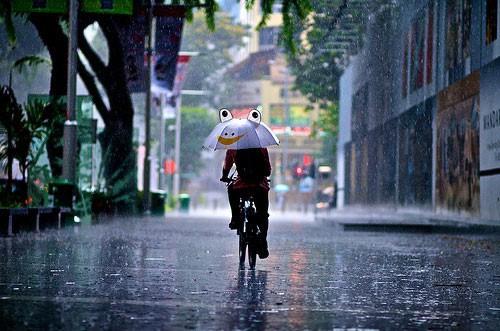 Mưa dông ở Hà Nội khiến thời tiết mát mẻ, dễ chịu. Hình minh họa