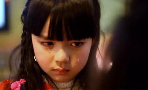 Trẻ em yếu ớt không cần phải giúp người lớn mạnh mẽ. Ảnh: Oversea City.